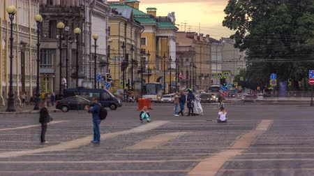 sconosciuto : Evening in Saint Petersburg timelapse. Unknown people walking to the Palace square.