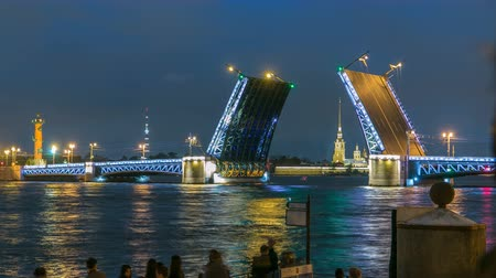 ピーター : View of the open Palace Bridge timelapse, which spans between - the spire of Peter and Paul Fortress