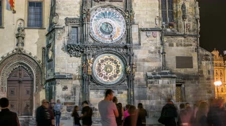 астрологический : Night view of the medieval astronomical clock in the Old Town square timelapse in Prague