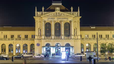 копье : People on the Tomislav Square in front of Main Railway Station night timelapse, main hub of Croatian Railways network. ZAGREB, CROATIA