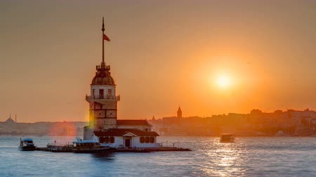 latarnia morska : Maidens tower with beautiful sunset timelapse in istanbul, turkey, kiz kulesi tower