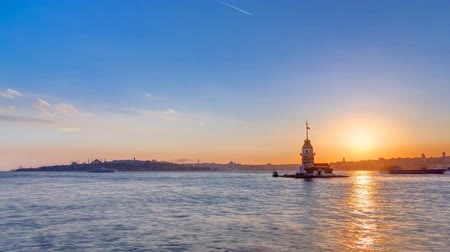 алый : Maidens tower with beautiful sunset timelapse in istanbul, turkey, kiz kulesi tower