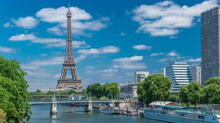 lapso de tempo : Eiffel tower at the river Seine timelapse from bridge in Paris, France