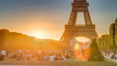 champ : Eiffel Tower seen from Champ de Mars at sunset timelapse, Paris, France