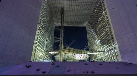 estrutura construída : Night view of La Grande Arche timelapse hyperlapse. The Arche is in the approximate shape of a cube. Paris, France