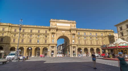 firenze : Republic Square timelapse hyperlapse with the arch in honor of the first king of united Italy, Victor Emmanuel II. Stock Footage
