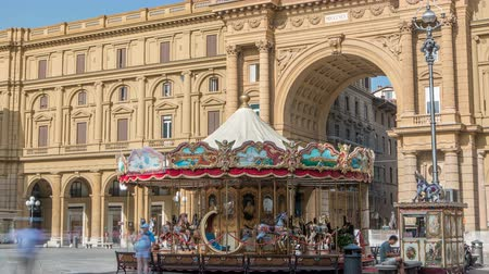 toskánsko : Vintage carousel timelapse and tourists in Piazza della Repubblica in Florence, Italy.