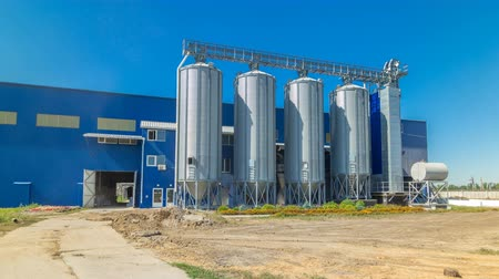 milho : Modern large granary timelapse hyperlapse. Large metal silos. Stock Footage