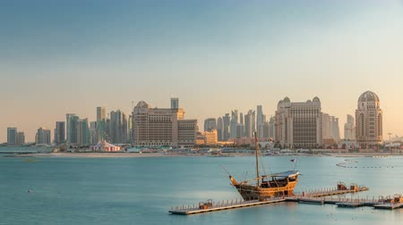 supremo : View from Katara Beach timelapse in Doha, Qatar, towards the West Bay and city center Vídeos
