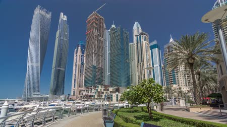 lancha : Panoramic view with modern skyscrapers and yachts of Dubai Marina timelapse hyperlapse, United Arab Emirates