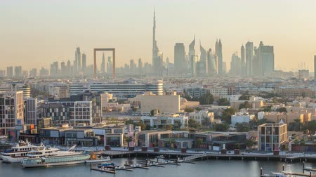 海港 : Dubai creek landscape timelapse with boats and ship near waterfront and modern buildings in the background during sunset