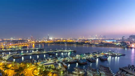 海港 : Dubai creek landscape day to night timelapse with boats and ship near waterfront