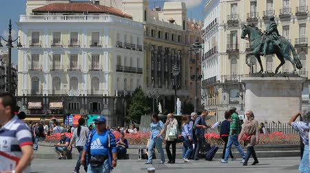 başkan : People walk on the Puerta del Sol square near the fountain in Madrid, Spain Stok Video