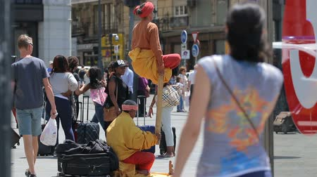 президент : Mimes on square Puerta del Sol entertain public in Madrid, Spain