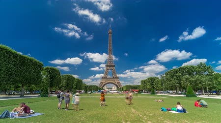 チャンプ : Eiffel Tower on Champs de Mars in Paris timelapse hyperlapse, France