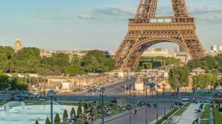 eifel : Sunset view of Eiffel Tower timelapse with fountain in Jardins du Trocadero in Paris, France. Stock Footage