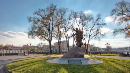 llamado : The monument to Holy Apostle Andrew the First-Called in the on the city park strelka timelapse in Kharkov, Ukraine