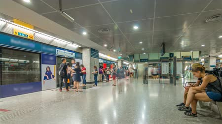 szingapúr : Passengers waiting for metro train in Singapore Mass Rapid Transit MRT timelapse.