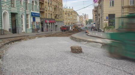çakıl : Green vibration roller compactor rolls on a stones at road construction and repairing timelapse