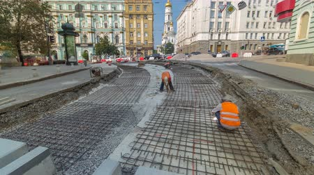 vasalás : Workers with protective mask welding reinforcement for tram tracks in the city timelapse