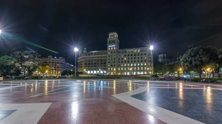 カタルーニャ : People at Placa de Catalunya or Catalonia Square night timelapse hyperlapse a large square in central Barcelona