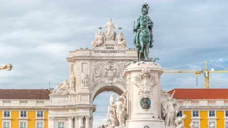 kövek : Triumphal arch at Rua Augusta and bronze statue of King Jose I at Commerce square timelapse in Lisbon, Portugal. Stock mozgókép