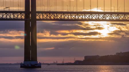 lizbona : Lisbon city sunrise with April 25 bridge night to day timelapse