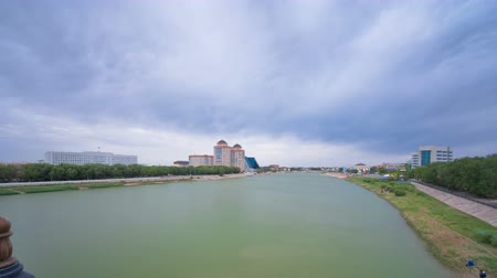 安定性 : Modern houses on the riverside Ural in city Atyrau timelapse hyperlapse