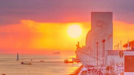 voyager : Elevated sunset view of the Padrao dos Descobrimentos Monument to the Discoveries timelapse famous monument on the banks of the River Tagus in Lisbon Stock Footage