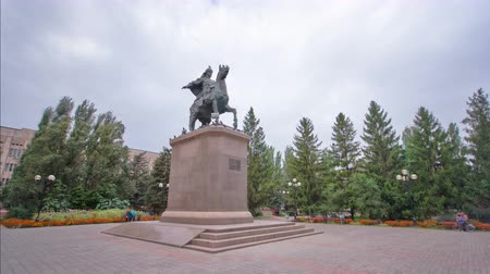 cosacco : Monumento a Syrym Datouly nel timelapse hyperlapse di Uralsk.