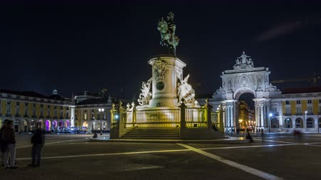 lizbona : Triumphal arch at Rua Augusta and bronze statue of King Jose I at Commerce square night timelapse hyperlapse in Lisbon, Portugal.