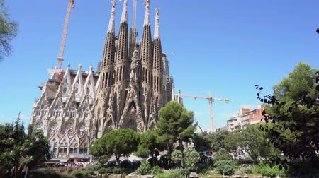 еще : BARCELONA, SPAIN - JULY 18, 2017: Showing facade of famous cathedral Sagrada Familia designed by Gaudi, which is being build since 19.03 1882 and is not finished yet in Barcelona,Spain. Стоковые видеозаписи