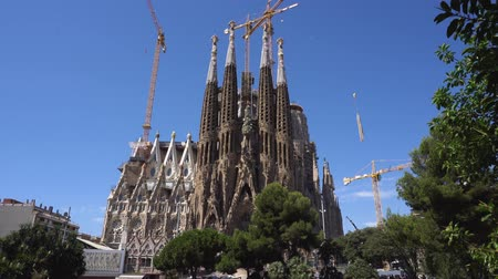 еще : BARCELONA, SPAIN - JULY 18, 2017: Showing facade and construction works over famous cathedral Sagrada Familia designed by Gaudi, which is being build since 19.03 1882 and is not finished yet in Barcelona,Spain. Стоковые видеозаписи