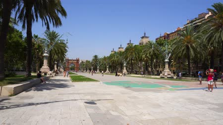 monumentální : BARCELONA, SPAIN - JULY 18, 2017: People walking at Passeig de Luis Companys and Arc de Triomf, Barcelona, toned Dostupné videozáznamy