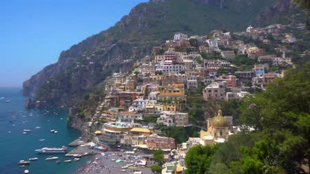 лодки : Positano town on the rock - famous old italian resort, Italy Стоковые видеозаписи