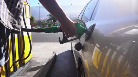 galão : someone begins refueling car, scene on gasoline station