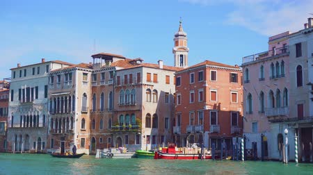 Венеция : muticolored Venice houses over water of Grand canal, view from the water, Italy