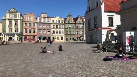 reneszánsz : POZNAN, POLAND - APRIL 06, 2018: People walking and resting on old market square in Poznan at spring sunny day, Poland