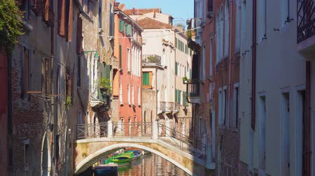 olasz kultúra : traitional Venice canal with bridge, Italy Stock mozgókép