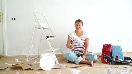 remodelar : Happy young women in the room with painting equipment