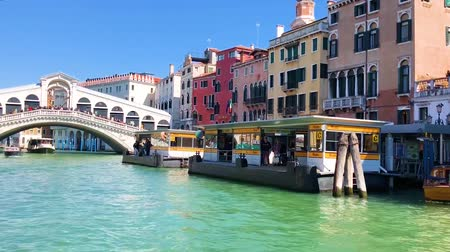approaching to the historical Rialto bridge, Venice, Italy Stok Video