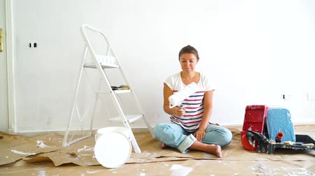 ručně malovaná : Happy young women in the room with painting equipment. do it yourself home renovations