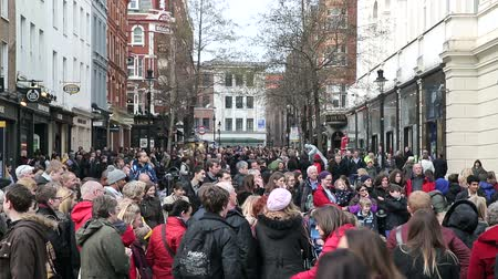 covent : crowd with tourist at covent garden london