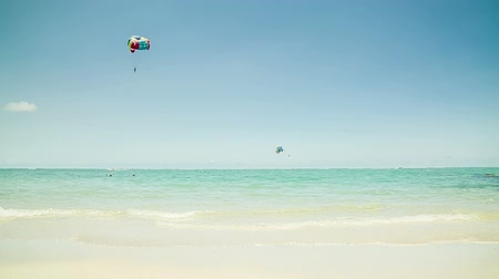 pára quedas : Parasailer at beach in Mauritius