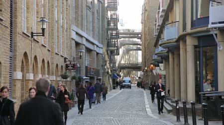 docklands : people commute to work early in the morning on shad thames near tower bridge Stock Footage