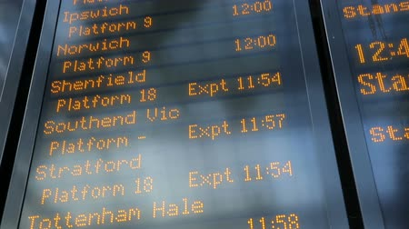 chegada : timetable with information on trains to stansted airport at liverpool street station Vídeos