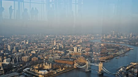 reino unido : Londons highest and best view is situated at the top of the Shard, on floors 68, 69 and 72. At almost twice the height of any other viewing platform in the capital, it offers visitors unparalleled 360-degree views for up to 40 miles.
