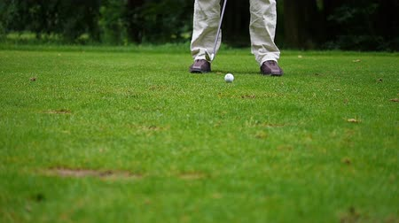 řídit : After the man found the right position he hits the golf ball away.