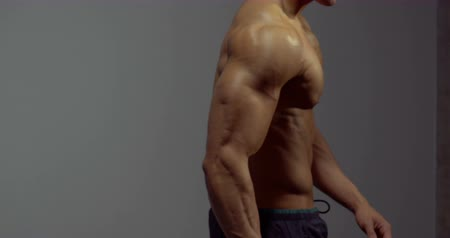 ćwiczenia : The back muscles of a body builder. The camera pans from left to right. Wideo