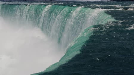 fenomen : The waters drop point at Horseshoe Falls, Niagara. Extreme close up.